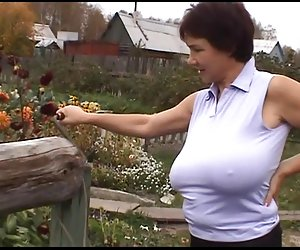 Ruso enorme-boobs-milf en su granja