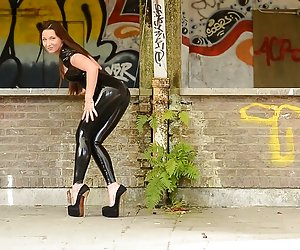 Skyhigh video sexy xxx Julie burlas en látex catsuit y plataforma tacones