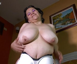 Porno video big breasted mama latina jugando con su juguete